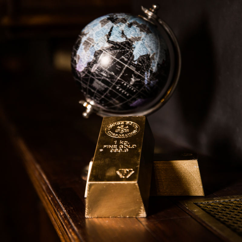 A small globe and two gold bars on a table in Escape room The society in Amsterdam.