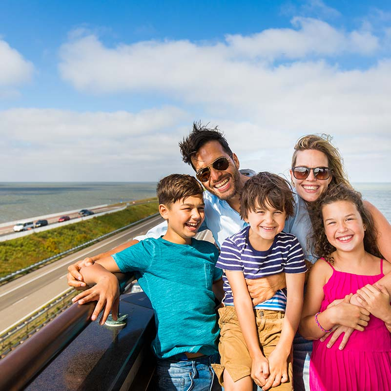 A family standing on the viewing point of the Afsluitdijk.
